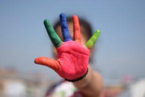 une main colorée